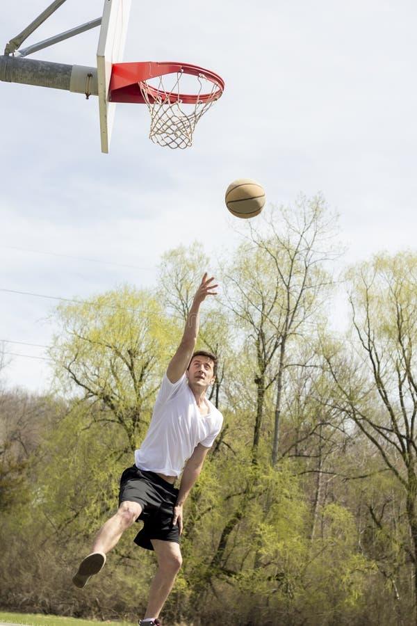 Download Basketbal Buitensporige Layups Stock Afbeelding - Afbeelding bestaande uit openlucht, schot: 54091827