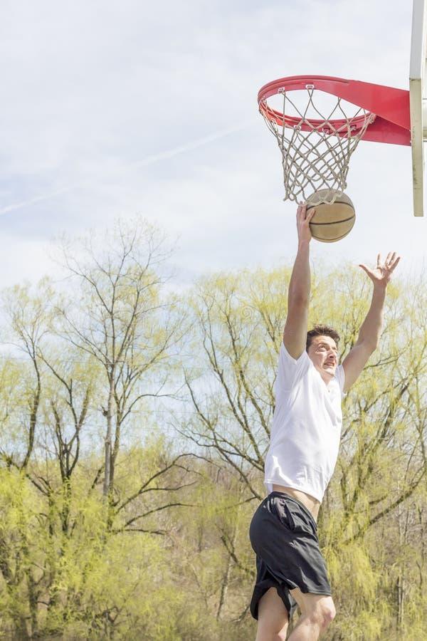 Download Basketbal Buitensporige Layups Stock Foto - Afbeelding bestaande uit zwart, jumping: 54092012