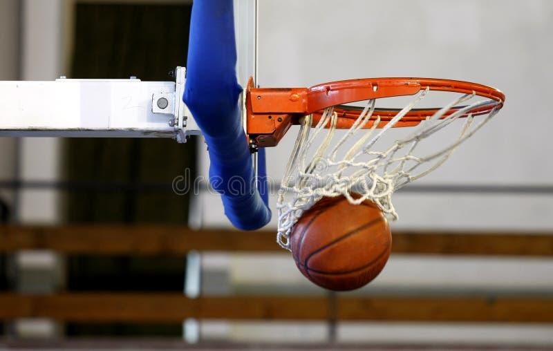 Basketbal dat in een spel is ontsproten royalty-vrije stock foto's