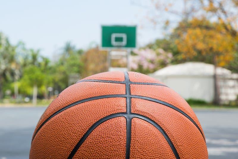 Basketbal op basketbalgebied op vooraanzicht met exemplaarruimte stock afbeelding