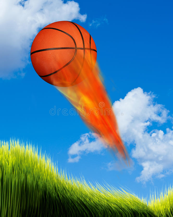 Basketbal op brand stock foto