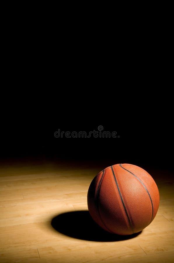Basketbal op het Hardhout met Zwart Exemplaar ruimtea royalty-vrije stock foto's