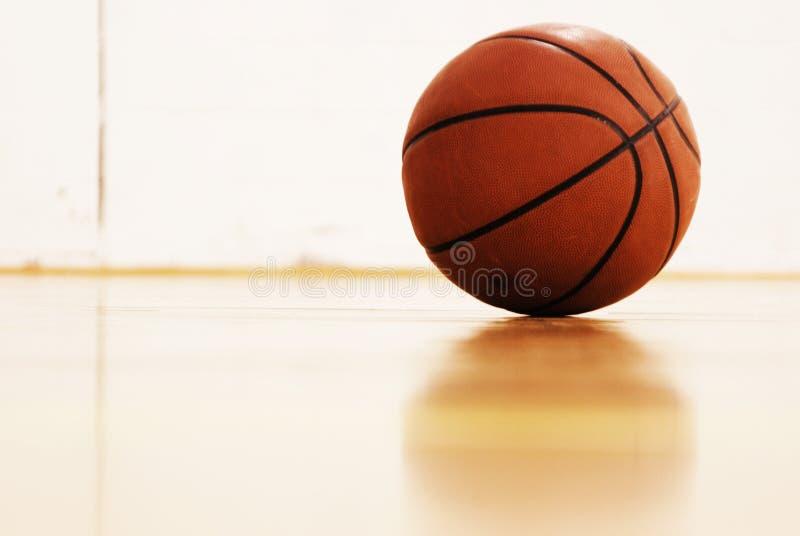 Basketbal op hof stock foto