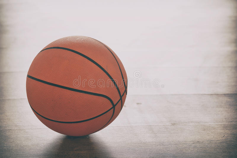 Basketbal op Houten Vloer royalty-vrije stock afbeelding