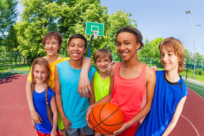 Basketbal tienerteam die zich dicht na spel bevinden royalty-vrije stock afbeelding