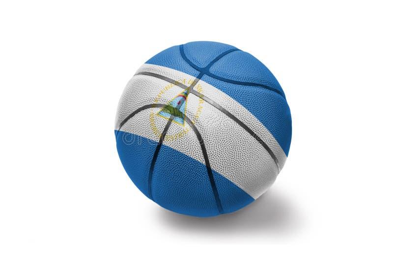 Basketbalbal met de nationale vlag van Nicaragua op de witte achtergrond stock fotografie