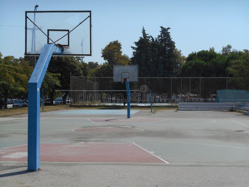 Basketbalgrond met twee manden royalty-vrije stock foto's