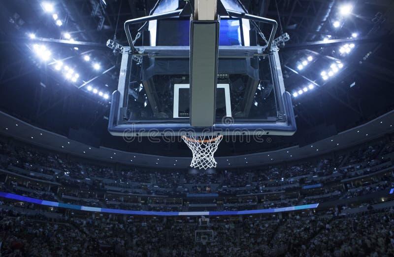 Basketbalhoepel in een sportenarena stock fotografie