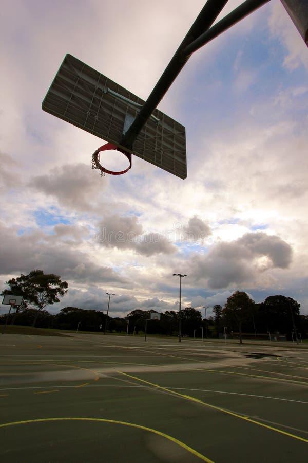 Basketbalhoepel onder hemel royalty-vrije stock foto's