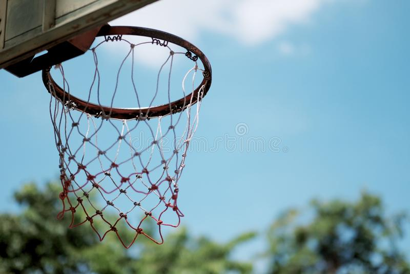 basketbalhoepel op de de zomer blauwe hemel royalty-vrije stock fotografie