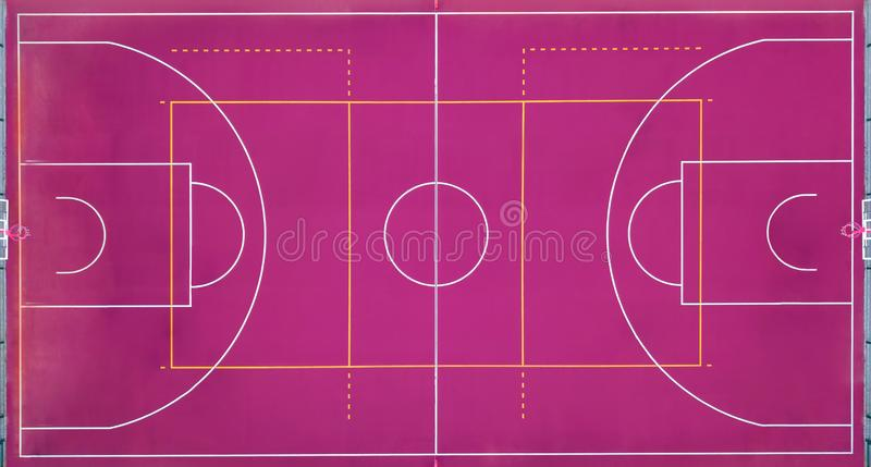 Basketbalhof leeg voor het sportenspel in basketbal Mening strikt van hierboven met de hommel royalty-vrije stock fotografie