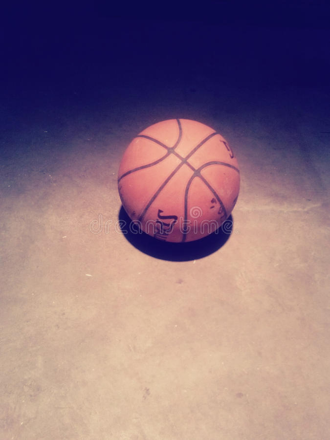 Basketball allein stockfotografie