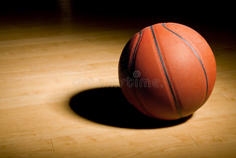 Basketball auf dem Hartholz stockfoto