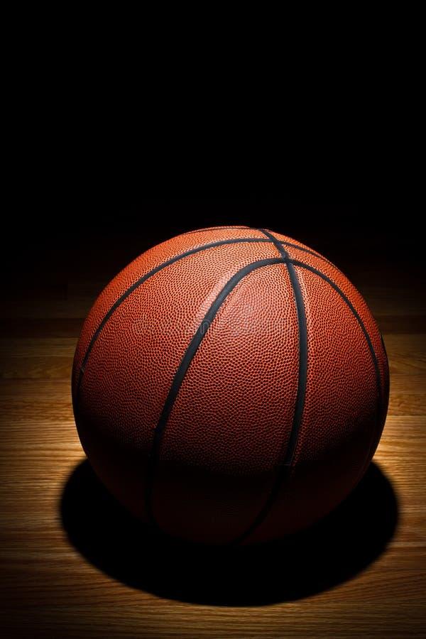 Basketball Auf Gericht Lizenzfreies Stockfoto