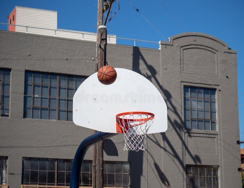 Basketball, der nach einem fehlenden Schuss auf einem streetba im Freien zurückprallt stockfotos