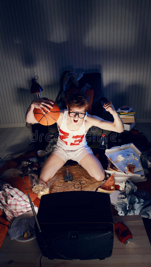 Basketball-Fan-aufpassendes Fernsehen lizenzfreie stockfotos