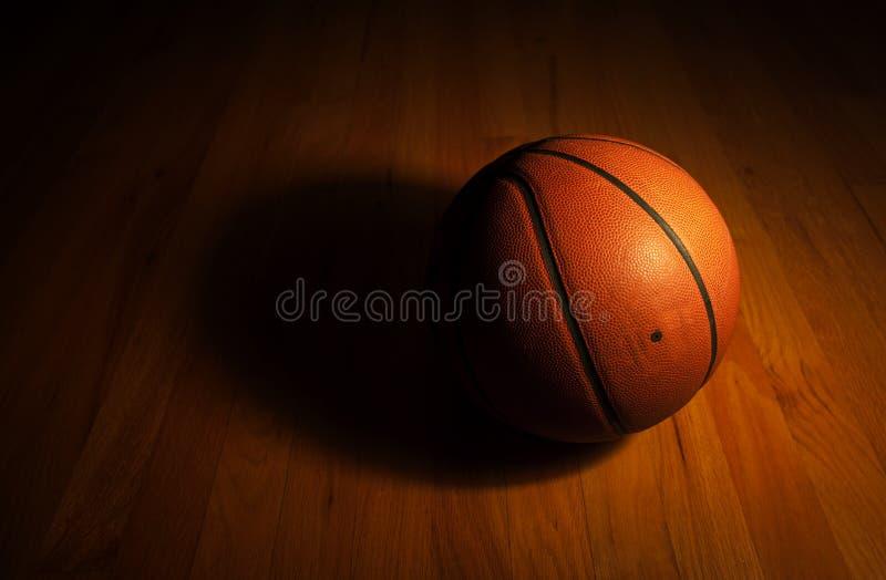 Basketball im dunklen Hintergrund lizenzfreie stockfotografie