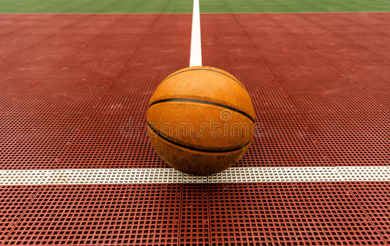 Basketball mit Gericht lizenzfreies stockbild