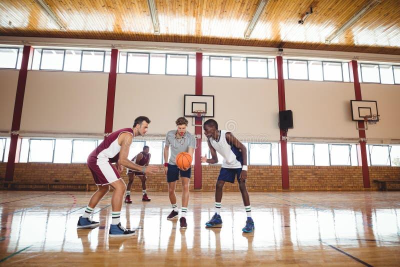 Basketball-Spieler bereit zum Schiedsrichterball stockbilder