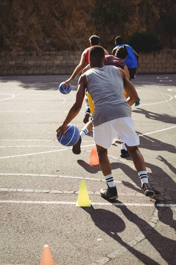 Basketball-Spieler, die Bohrgerät tröpfelnd üben lizenzfreies stockfoto