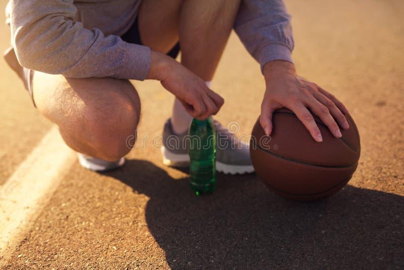 Basketball-Spieler, die den Ball, Abschluss hochhalten stockfotos