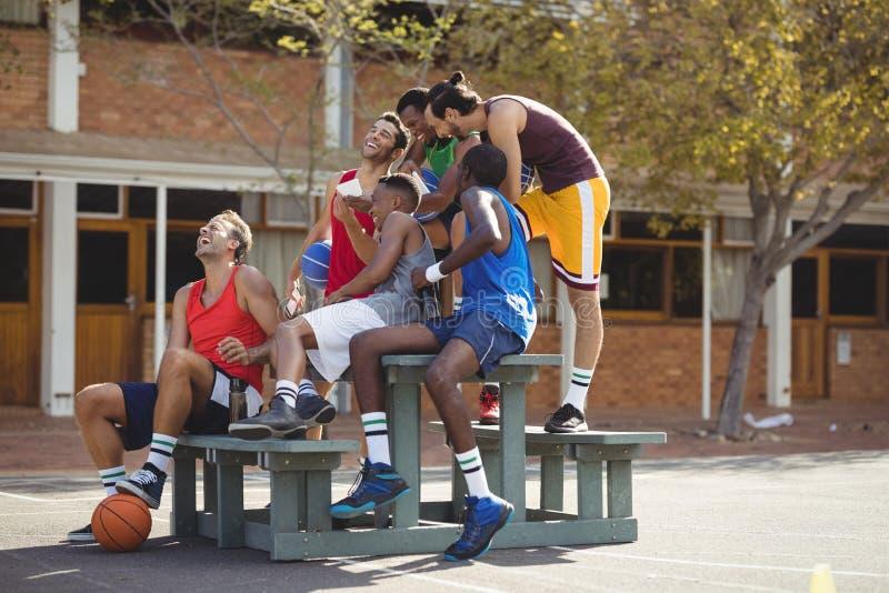 Basketball-Spieler, die ein selfie nehmen stockfotos