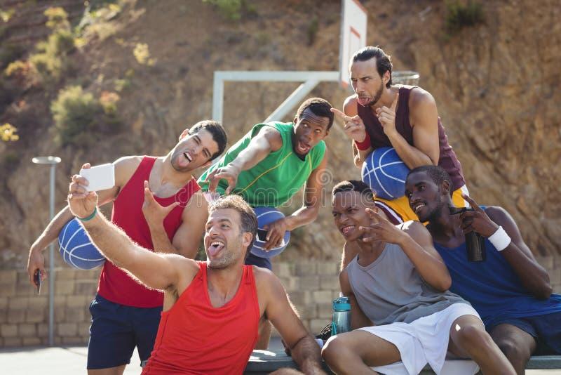 Basketball-Spieler, die ein selfie nehmen stockfotografie