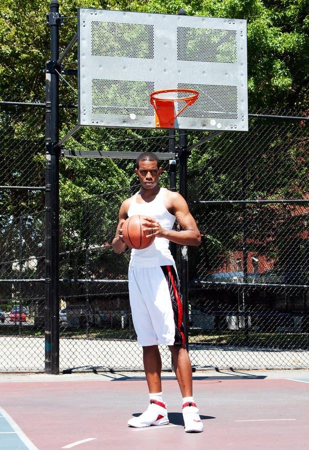 Basketball-Spieler mit Kugel lizenzfreie stockfotografie