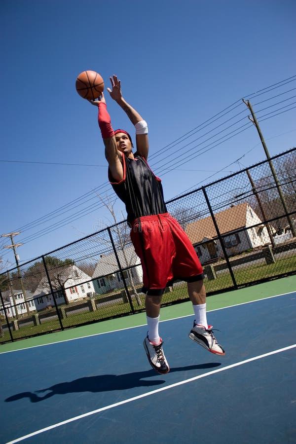 Basketball-Spieler-Schießen lizenzfreie stockbilder