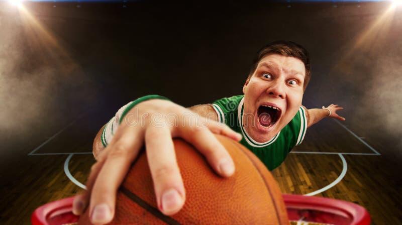 Basketball-Spieler wirft Ball, Ansicht vom Korb stockfotos