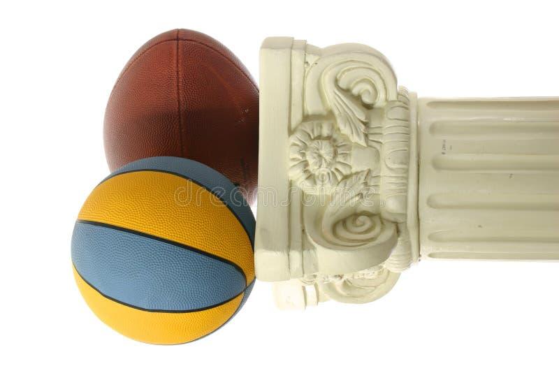 Basketball und Fußball auf Bedienpult lizenzfreie stockfotografie