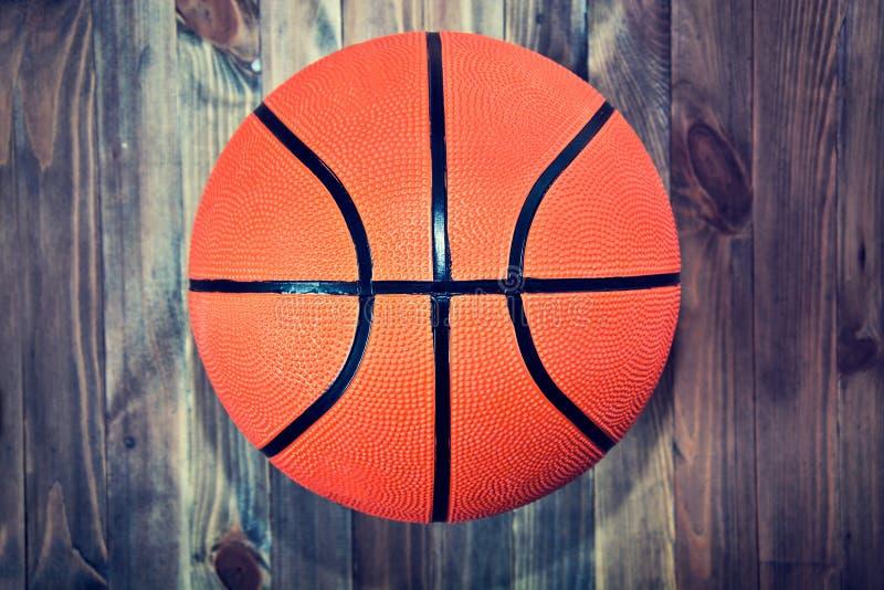 Basketballball auf hölzernem Massivholzboden lizenzfreie stockbilder