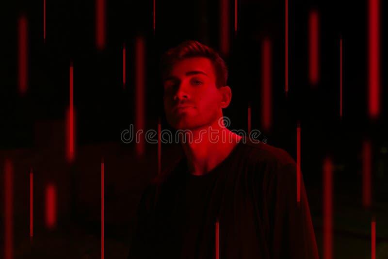 Basketballer joven del deportista en la luz roja del contraste fotos de archivo libres de regalías