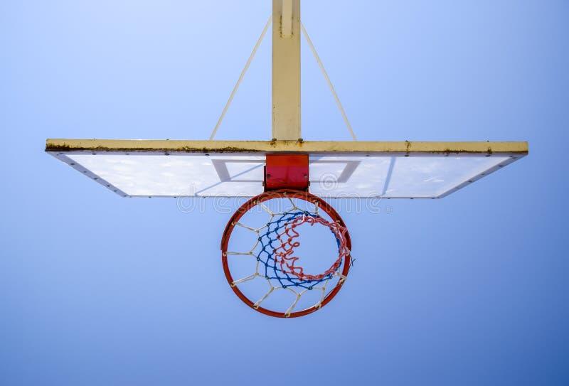 Basketballkorb, blauer Himmel stockbild