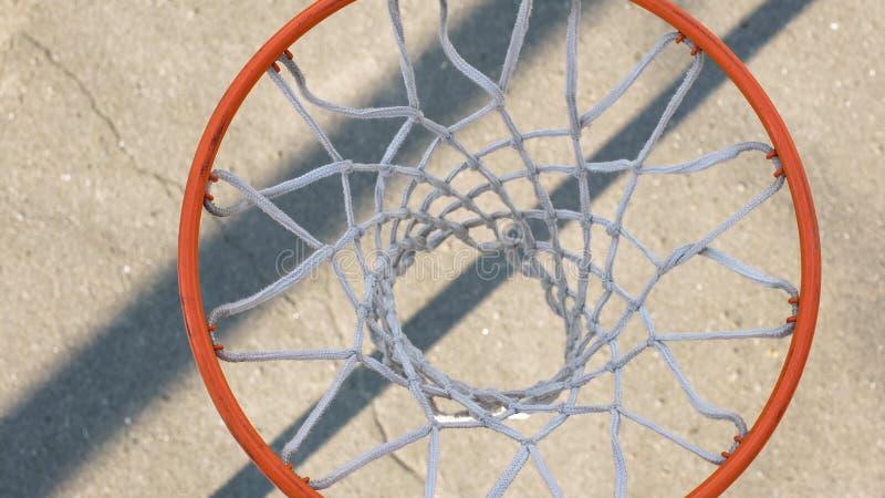 Basketballkorb gegen den Boden, Nahaufnahme von Sportausrüstungsdetails lizenzfreie stockfotos
