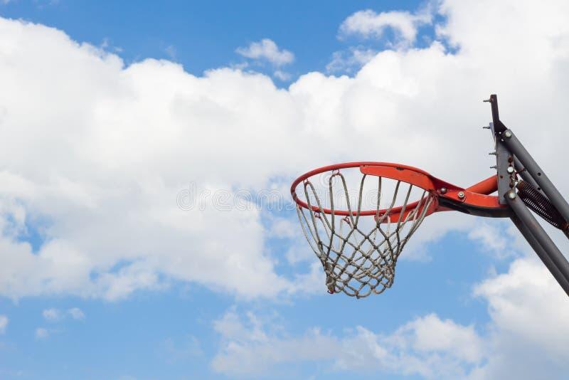 Basketballkorb gegen den Himmel lizenzfreie stockfotografie