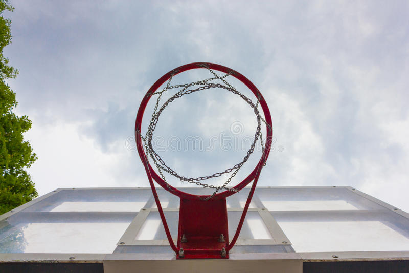 Basketballkorb gegen den Himmel stockfotos