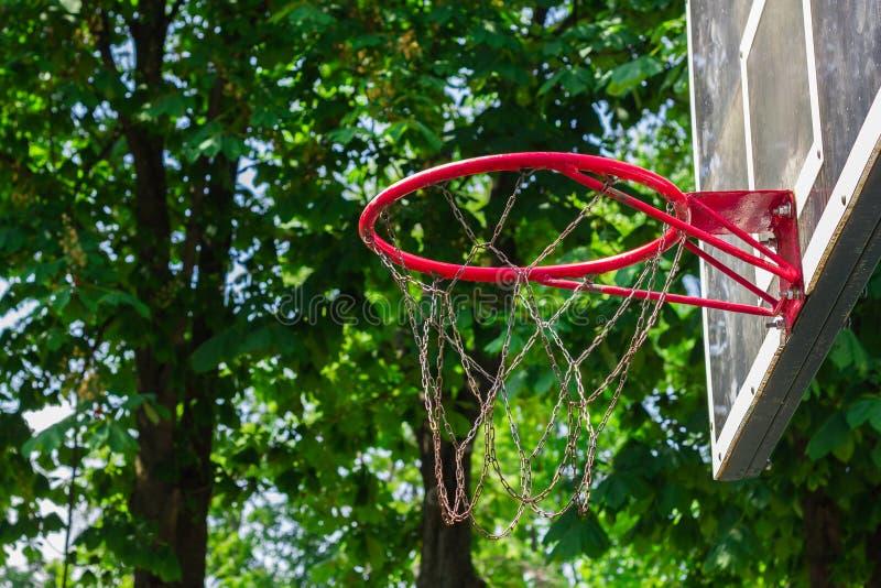 Basketballkorb im Park stockfoto