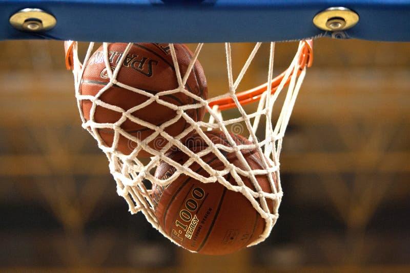 Basketballkorb mit Ball lizenzfreie stockfotografie