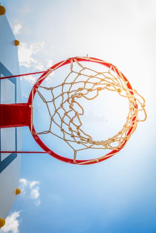Basketballkorb mit blauem Himmel stockbilder