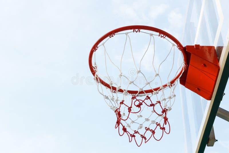 Basketballkorb mit Himmel lizenzfreies stockfoto