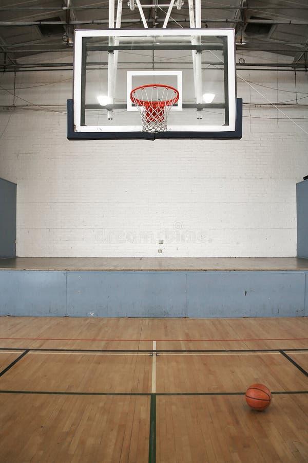 Basketballplatz u. Kugel stockfoto