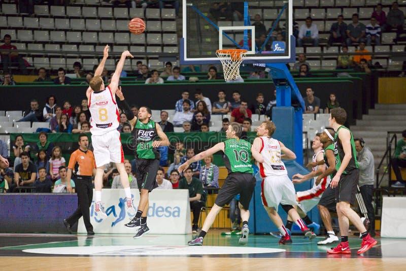 Basketballschuß in einem Spiel stockfoto
