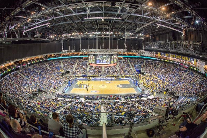 Basketballspiel in der Mercedens-Benz-Arena, Berlin - Deutschland stockfotos