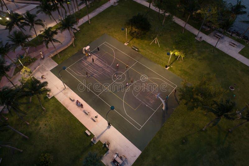 Basketballspiel in der Stadt nachts lizenzfreies stockbild