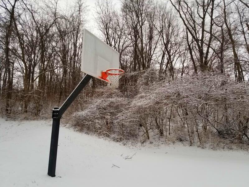 Basketballziel in einem schneebedeckten Indiana-Winter lizenzfreie stockfotografie