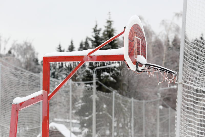 Basketbalraad omvat met ijs Ijsonweer, regen royalty-vrije stock fotografie