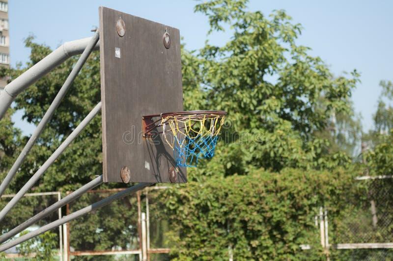 Basketbalring op de straat Het basketbal van de straat stock foto's