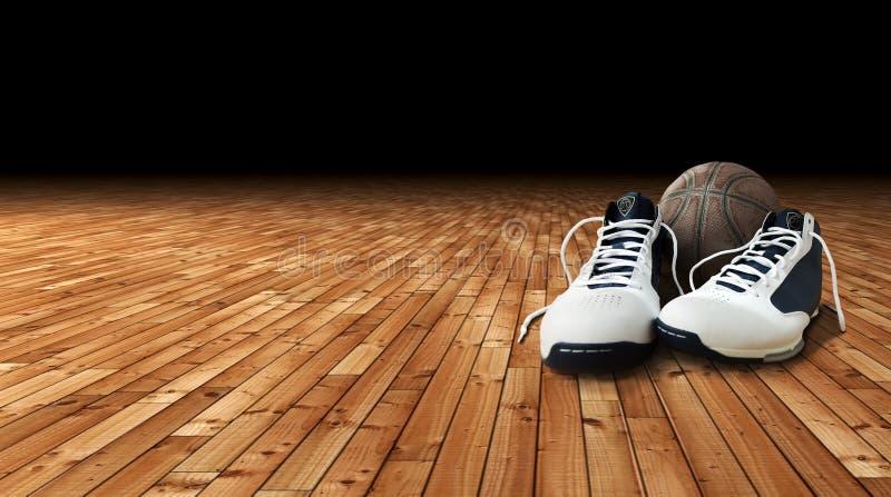 Basketbalschoenen en bal op het hof royalty-vrije stock foto