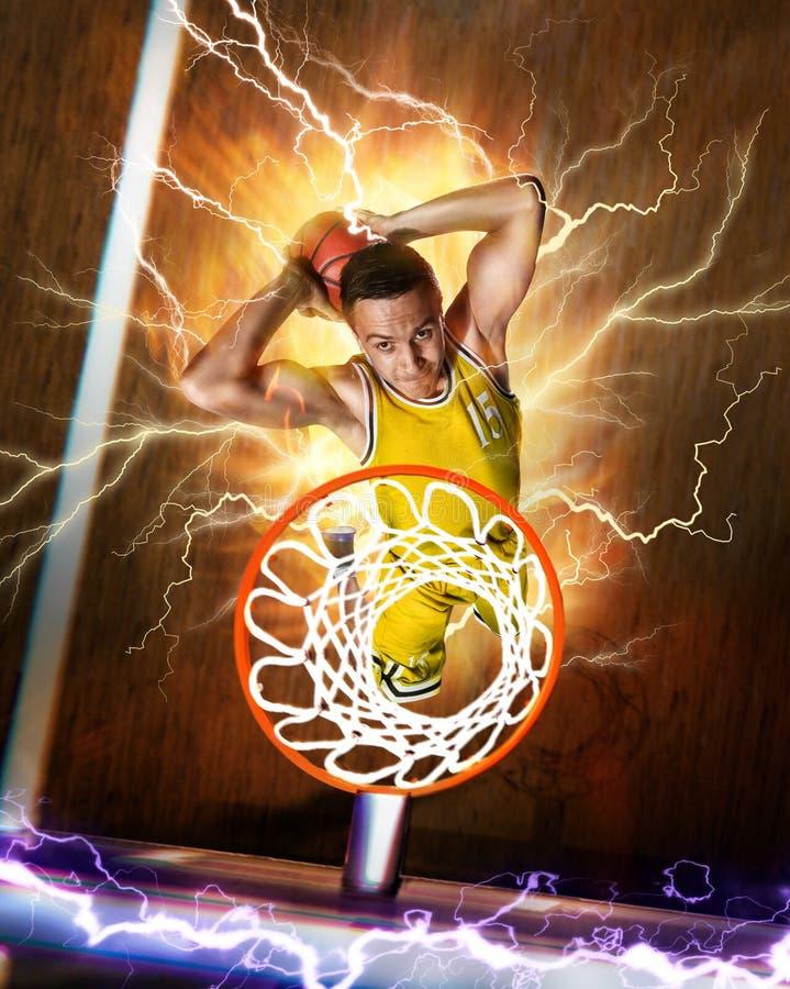 Basketbalspeler in brand die slag maken op basketbalarena onderdompelen stock afbeelding